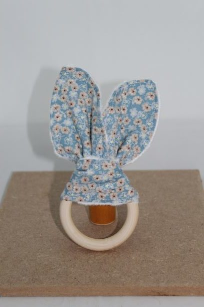 Anneaux De Dentition Bois Naturel Oreilles De Lapin Motif Esprit Liberty Fleurs Fond Bleu Ciel