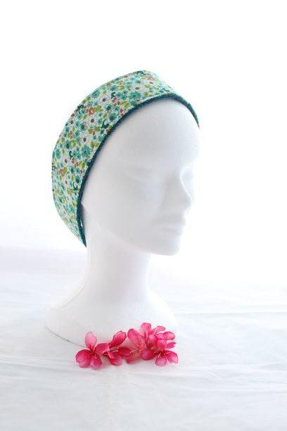 Bandeau Cheveux Pour Soin Démaquillant Motifs Fleurs Vertes Et Rouges Fond Vert Amande